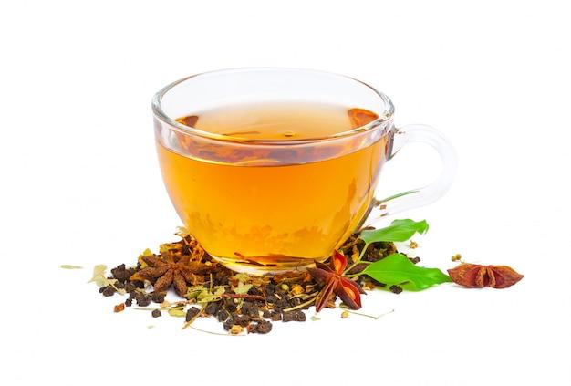 Tè nero in una tazza di vetro. foglie di menta e tè. su bianco, isolato Foto Premium