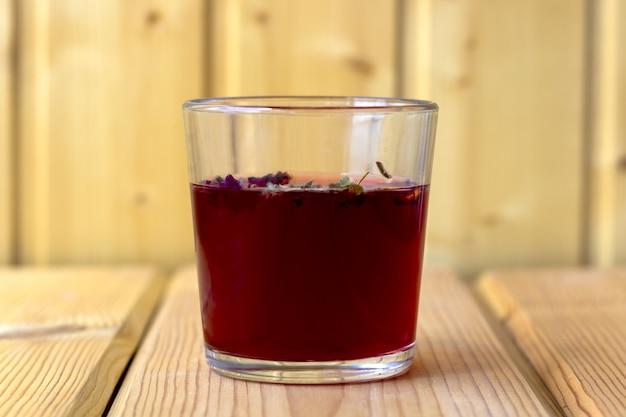 Tè rosso dell'ibisco in una tazza di vetro Foto Premium
