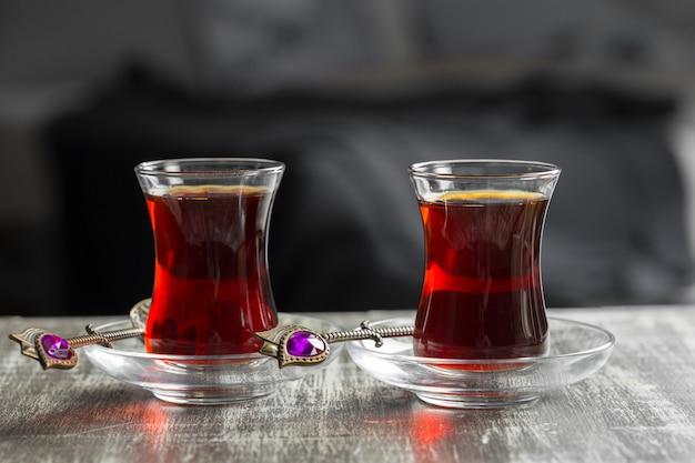 Tè rosso in bicchieri turchi su un tavolo di legno Foto Premium