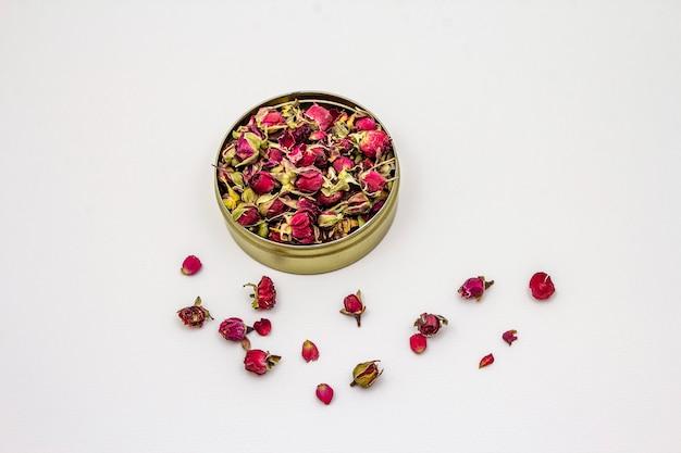 Tè tradizionale del germoglio della rosa del turco isolato su fondo bianco Foto Premium