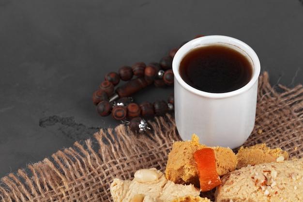 Tè turco con dessert orientali sul tavolo Foto Premium