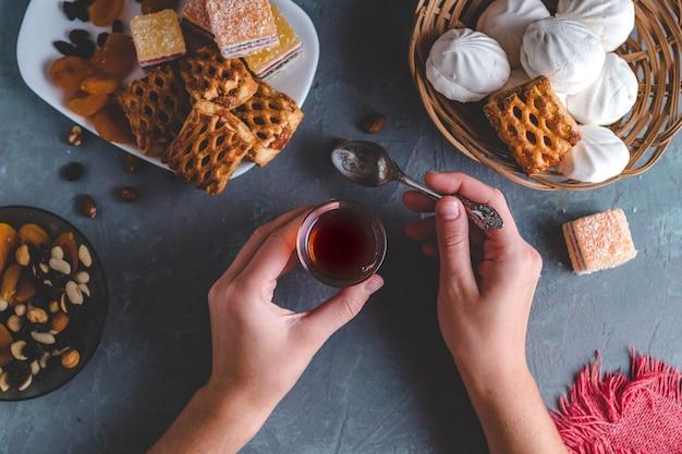 Tè turco in vetro tradizionale con dolci, frutta secca e noci per l'ora del the. vista dall'alto Foto Premium