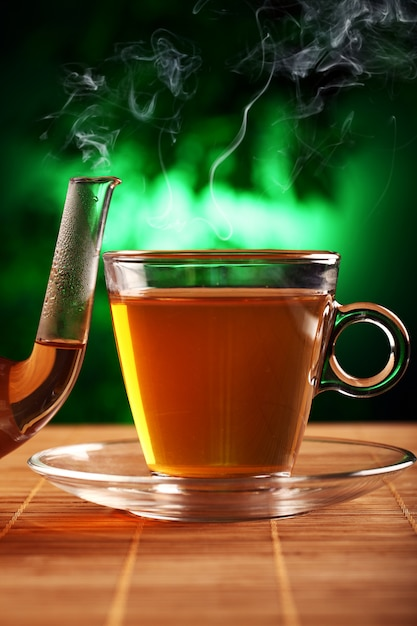 Tè verde caldo in teiera e tazza di vetro Foto Gratuite