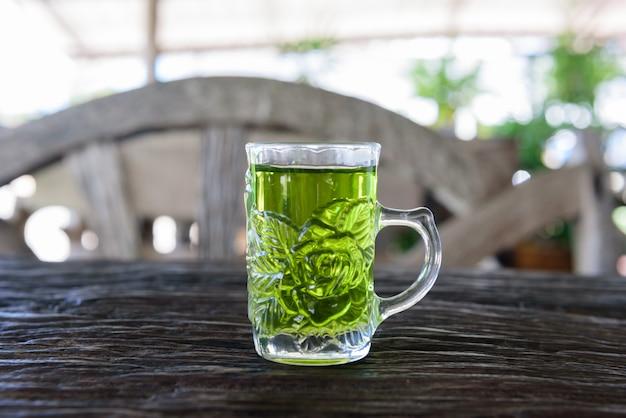 Tè verde caldo nella caffetteria Foto Premium