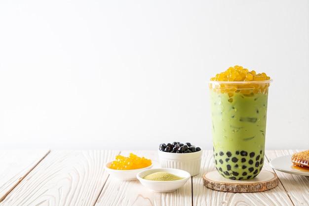 Tè verde latte con bolle e bolle di miele Foto Premium