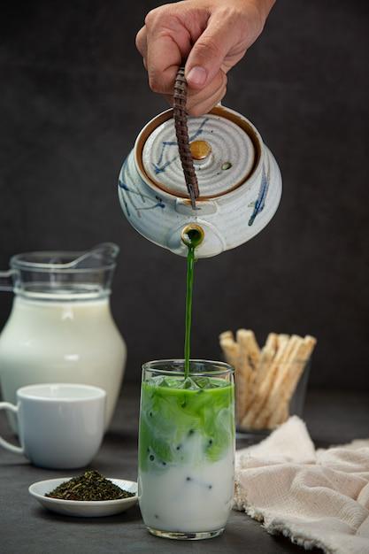 Tè verde, latte fresco, servito con deliziosi snack. Foto Gratuite