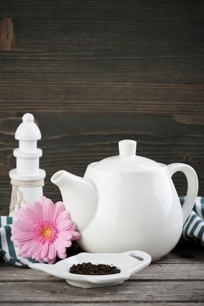 Tè verde, teiera bianca Foto Premium