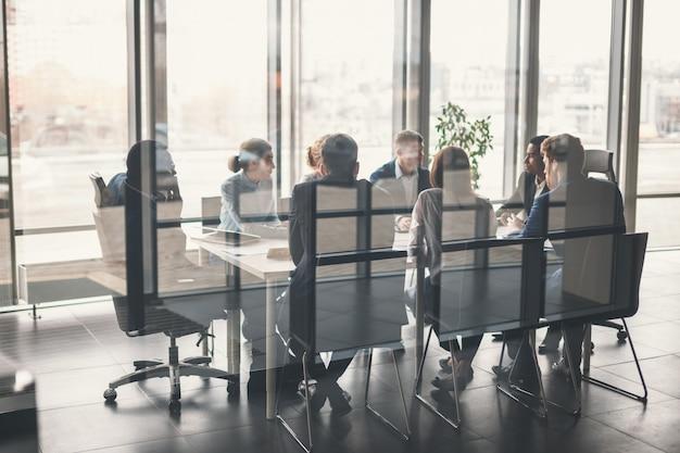 Team aziendale e manager in una riunione Foto Premium
