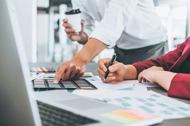 Team di pianificazione aziendale creativa e pensando a nuove idee per progetti di successo nel caffè Foto Premium