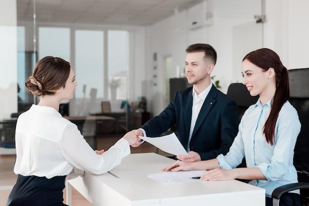 Team di professionisti che lavorano insieme in ufficio Foto Premium