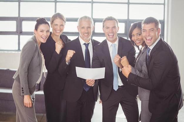 Team di uomini d'affari con certificato Foto Premium