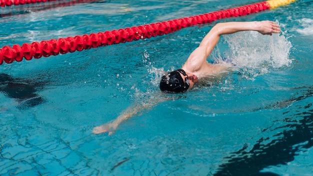 Tecnica di nuoto ad alto angolo su un lato Foto Gratuite