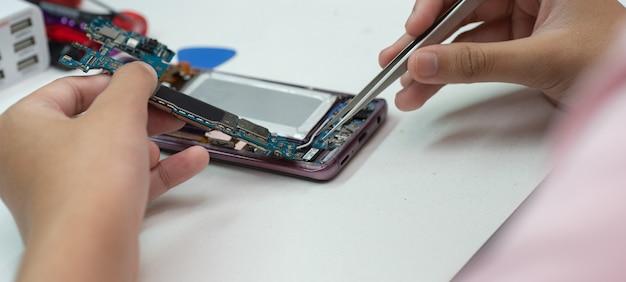 Tecnici per riparare telefoni cellulari Foto Premium