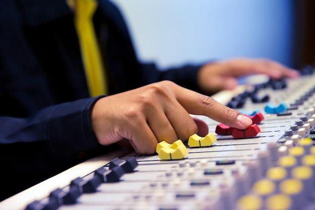 Tecnico del suono test audio system. Foto Premium