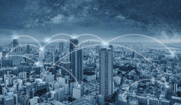 Tecnologia di connessione di rete in città, città di osaka in giappone Foto Premium
