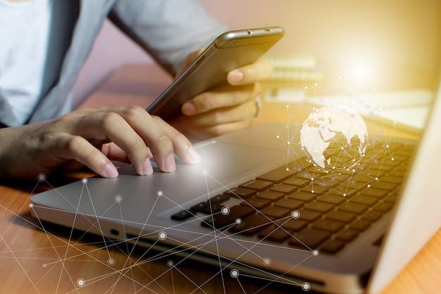 Tecnologia e comunicazione di rete dell'uomo d'affari Foto Premium