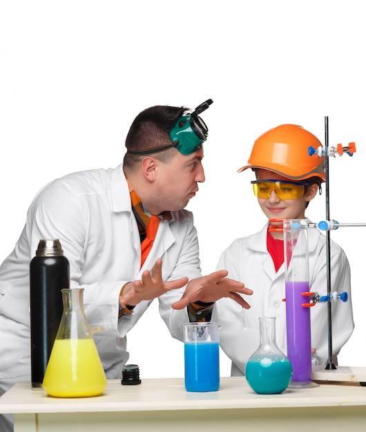 Teen e insegnante di chimica a lezione facendo esperimenti Foto Gratuite