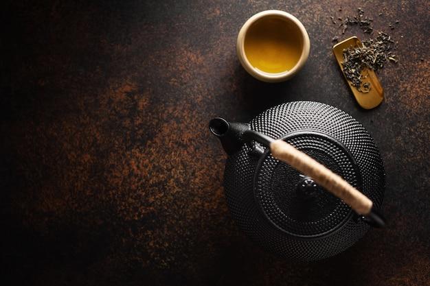 Teiera con tè scuro Foto Premium