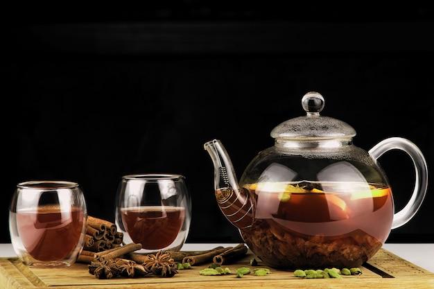 Teiera e tazza di tè su uno sfondo scuro Foto Premium