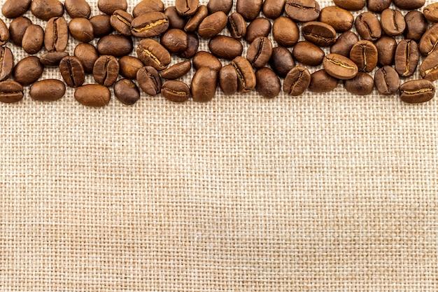 Tela di tela di sacco e chicchi di caffè Foto Premium