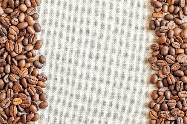 Tela e chicchi di caffè sullo sfondo. Foto Premium