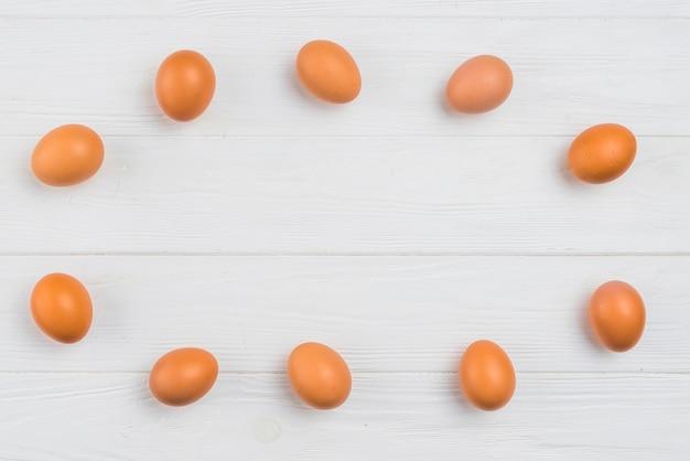 Telaio da uova di gallina marrone sul tavolo Foto Gratuite