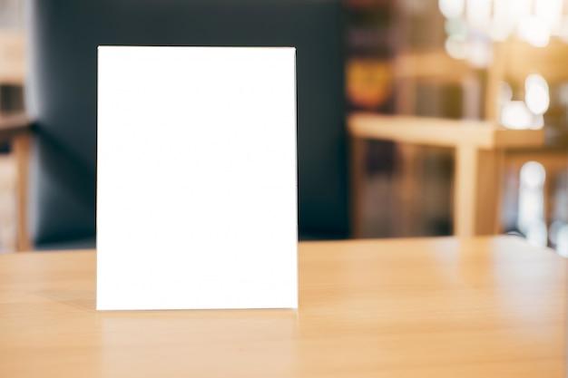 Telaio del menu vuoto sul tavolo nel coffee shop stand per il vostro testo di visualizzazione Foto Premium