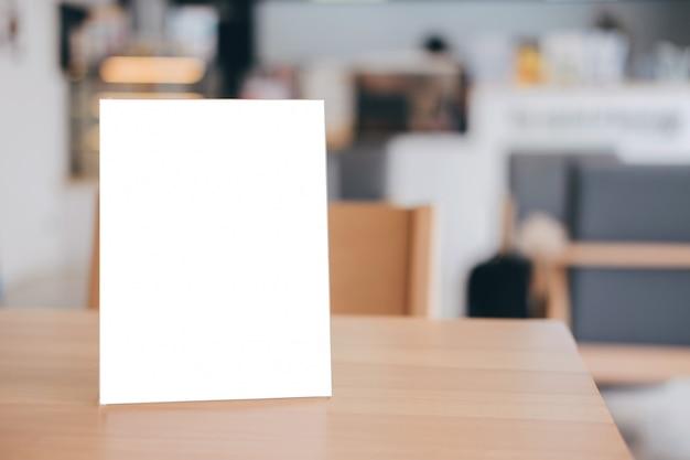 Telaio del menu vuoto sul tavolo nella caffetteria stand per il testo del display Foto Premium