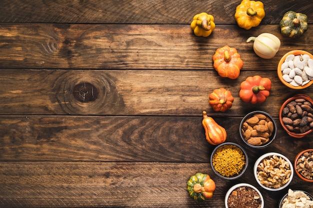 Telaio di cibo vista dall'alto con cereali e verdure Foto Gratuite