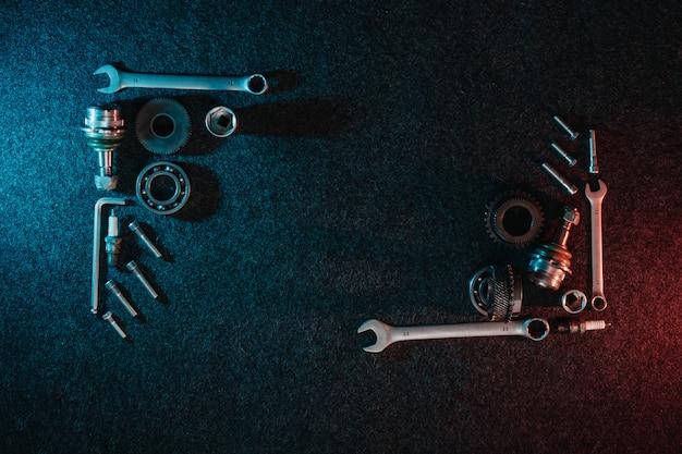 Telaio di cuscinetti, chiavi, bulloni su oscurità Foto Premium