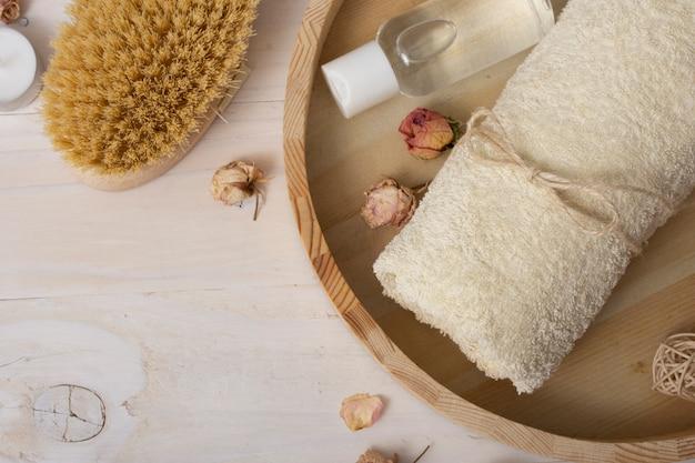 Telaio piatto laico con articoli da bagno su fondo in legno Foto Gratuite