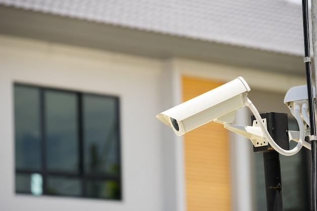 Telecamera cctv nel villaggio di casa Foto Premium
