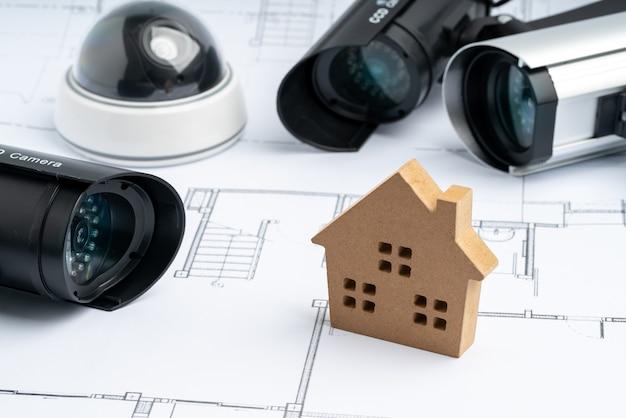 Telecamera online di sicurezza cctv con piano casa Foto Premium