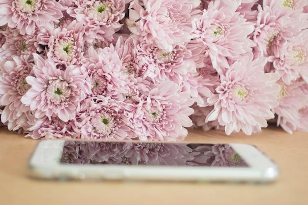 Telefono Cellulare Con Sfondo Di Fiori Rosa Scaricare Foto Premium