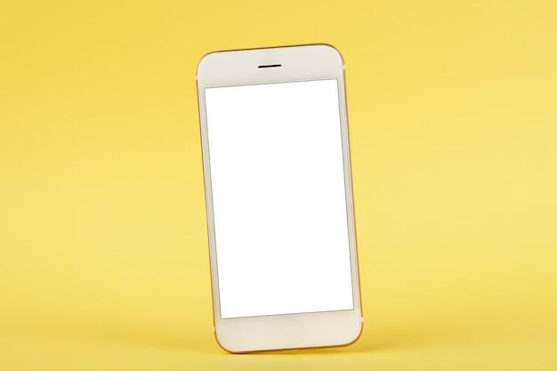 Telefono cellulare mock up su sfondo giallo Foto Premium