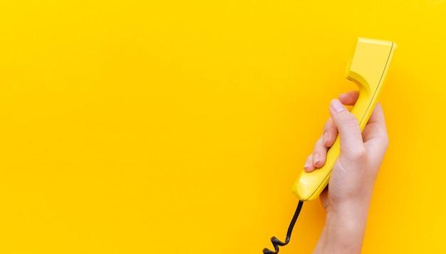 Telefono della tenuta della mano del primo piano Foto Gratuite
