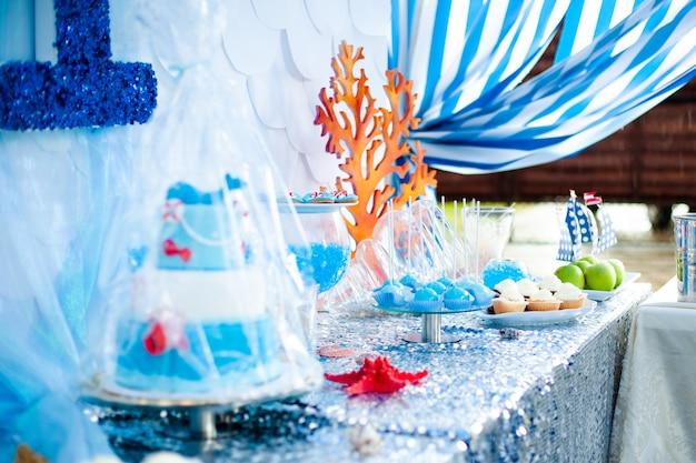 Tema del tempo di mare sul candy bar della festa. Foto Premium