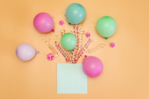 Tema di buon compleanno su uno sfondo luminoso tono diviso Foto Premium