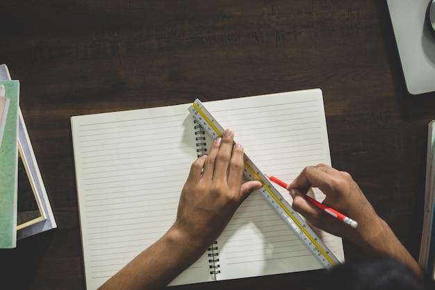 Tema educativo: close-up studente iscritto in una classe. Foto Gratuite