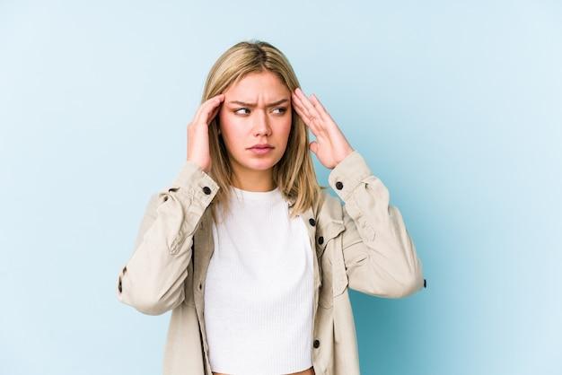 Tempie commoventi isolate giovane donna caucasica bionda e avere mal di testa. Foto Premium