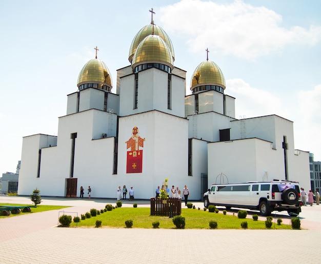 Tempio, chiesa con cupola d'oro e limousine per matrimoni Foto Premium