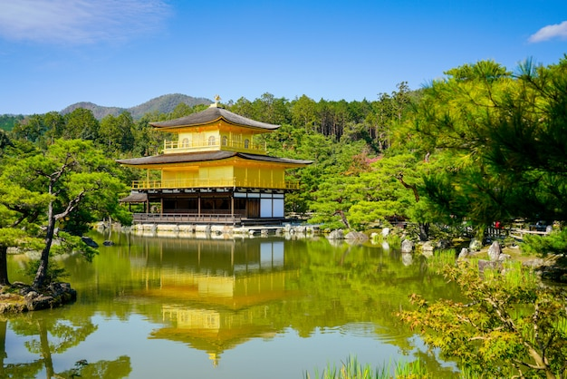 Tempio di kinkakuji a kyoto, in giappone Foto Premium