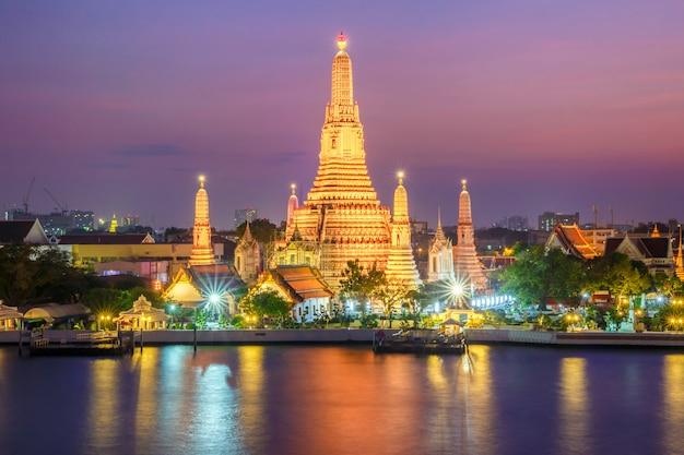 Tempio di vista di notte di wat arun a bangkok, tailandia Foto Premium