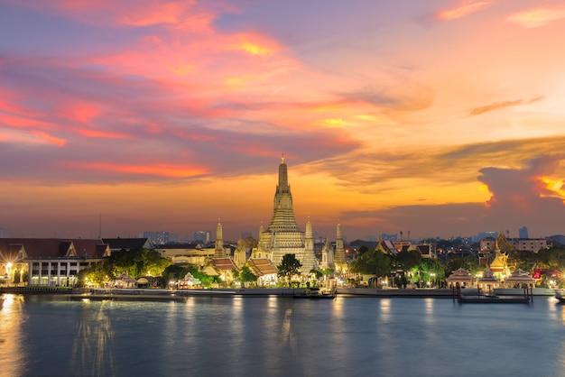 Tempio di wat arun al tramonto a bangkok tailandia. wat arun Foto Premium