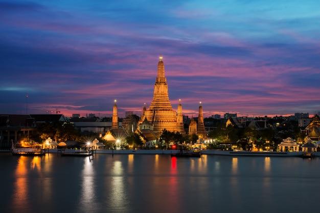 Tempio di wat arun e chao phraya river alla notte a bangkok, tailandia Foto Premium