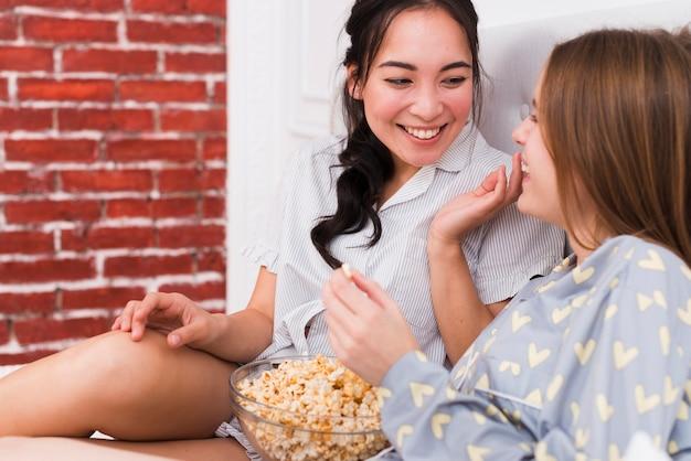 Tempo di storia con popcorn a casa Foto Gratuite