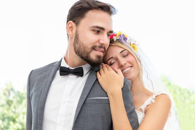 Tempo dolce coppia di sposi dell'abbraccio caucasico nello studio di nozze. Foto Premium