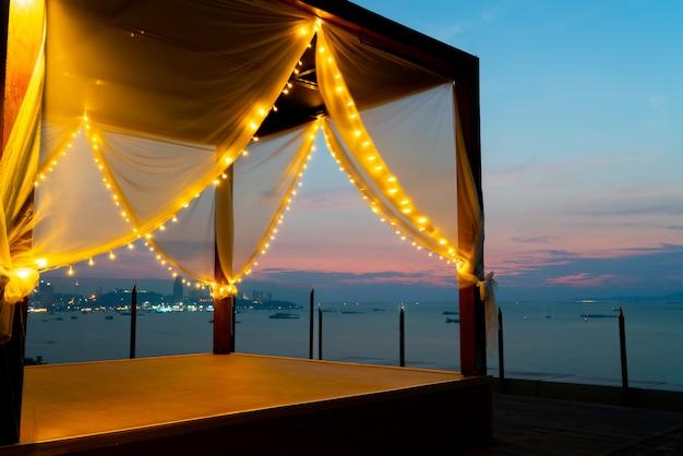 Tenda da lettino in spiaggia al tramonto Foto Premium