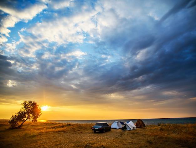 Tenda e auto sulla riva del mare Foto Premium