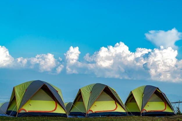 Tenda e sfondo cielo e vista sulle montagne. Foto Premium